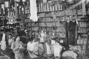maringá Interior da Casa Aliberti, de Santo e Carlos Aliberti, que comercializava secos e molhados, em 1947
