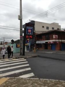 Termômetro de Araucária registra a baixa temperatura na cidade. Foto de Maíra Gioia.