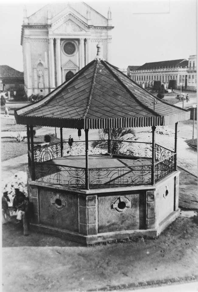 ponta grossa - Antigo coreto da Praça Marechal Floriano Peixoto. Ao fundo a catedral.