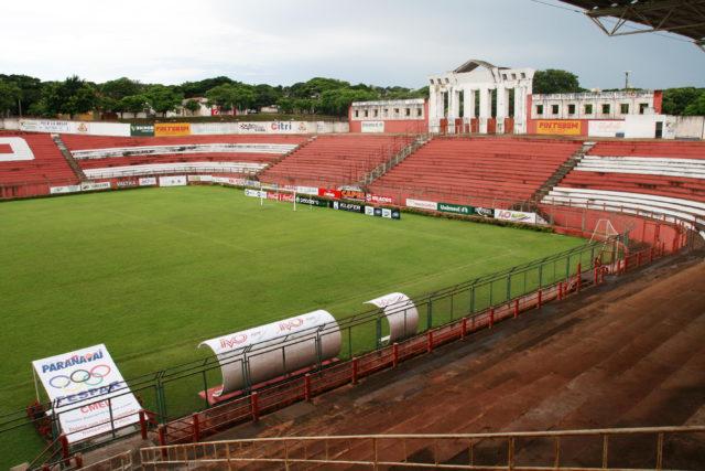 Um estádio construído dentro de uma buracão gigante em Paranavaí, Paraná, nos anos 1990.